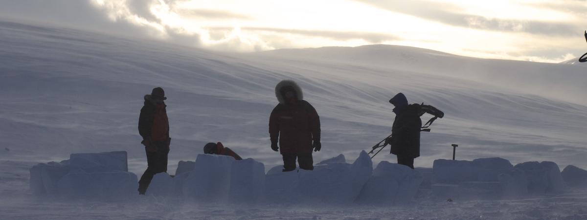 Costruire e dormire in un igloo