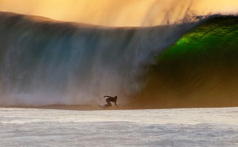 Surf a Banzai Pipeline