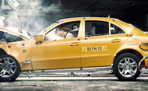 62 - Farsi esplodere l'airbag in faccia