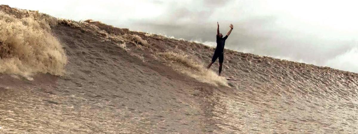 Surfing Pororoca
